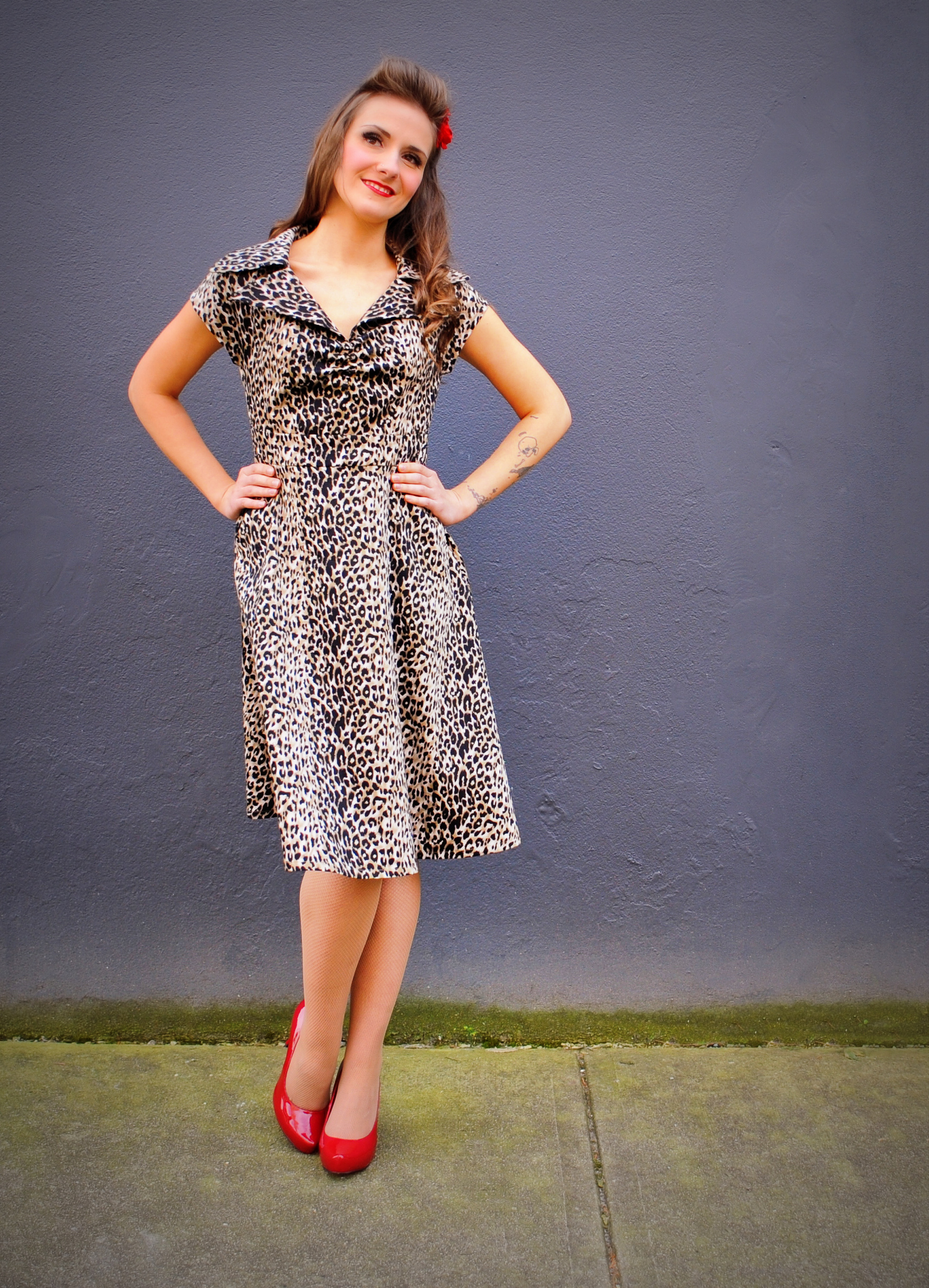 "GenesisSize: Extra-SmallWearing: Paige Dress in Gold LeopardMeasurements: Bust 33"", Waist 27"", Hips 38"""